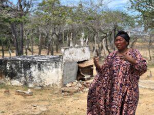 Rosa Linda mantiene la costumbre de visitar el cementerio donde reposan los restos de sus ancestros. Hasta la fecha, ella y su comunidad no han tenido que enterrar a alguno por caso de Covid-19.